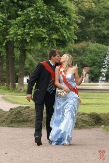 Свидетельница на свадьбе целоваться